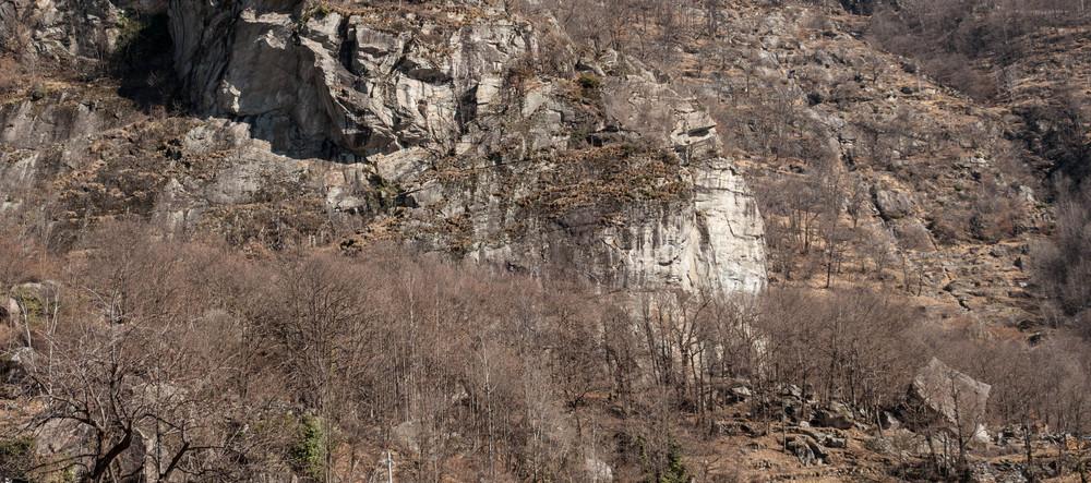 La falesia vista dall'abitato di Corveo
