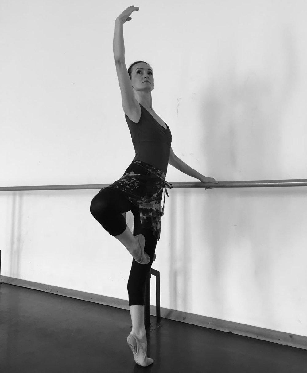 """- Elisa Mazzoli nasce a Vercelli dove inizia gli studi di danza,si perfeziona in seguito presso la Scuola del Balletto di Toscana diretta da Cristina Bozzolini. Comincia la sua carriera in varie compagnie in Italia e nel 1995 prende parte alla tournèe francese del Grand Ballet Canadiens ballando tra gli altri anche al Théatre des Champs-Elysées a Parigi.Dal 1996 al 1999 lavora al Teatro Sociale di Rovigo dove danza coreografie di Bob Cohan e Robert North.Nel 2000 entra a far parte del corpo di ballo della Fondazione Teatro Verdi di Trieste ed interpreta, tra le altre, coreografie di Riccardo Nunez, Giuseppe della Monica e Luciano Cannito.Nel 2005 partecipa ad una produzione con la compagnia EgriBiancoDanza e nell'ottobre dello stesso anno si esibisce nell'opera """"La Gioconda""""al Gran Teatre Liceu di Barcellona con le coreografie di Gheorghe Iancu.Entra a far parte del corpo di ballo della Fondazione Arena di Verona nel 1998 e da allora partecipa ai festival della lirica e a varie produzioni di balletto tra le quali: """"La Tempesta"""" di Fabrizio Monteverde, """"Romeo e Giulietta"""" di Amedeo Amodio, """"Don Chisciotte"""", """"La Vedova Allegra"""","""" La Bella Addormentata Nel Bosco"""", """"Il Lago Dei Cigni"""", """"Cenerentola"""", """"Giselle"""", """"Il Corsaro"""" , """"Blue Moon"""" e """"Omaggio a Nino Rota"""" di Maria Grazia Garofoli, """"Omaggio a Stravinsky"""" , """"Omaggio a Ravel"""", """" Cercando Verdi"""",""""Il Lago Dei Cigni"""", """"Medea"""", """"Valzer & Co"""", """"XX Secolo"""",""""Amor Brujo"""",""""Cavalleria Rusticana"""",e """"Galà di Mezza Estate"""" di Renato Zanella."""