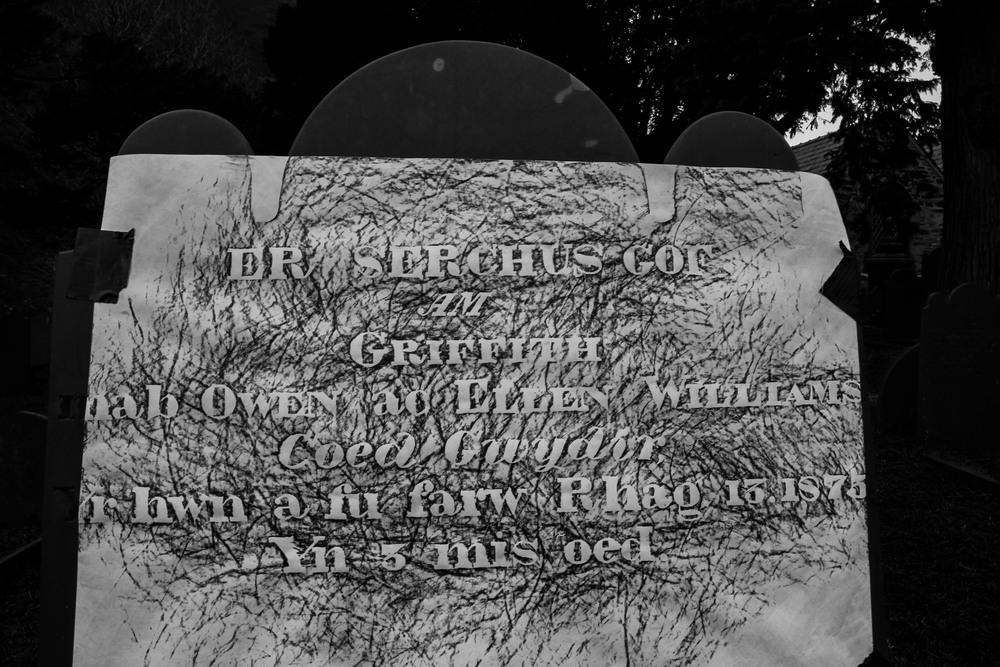 ER SERCHUS GOR AM GRIFFITH mab OWEN ac ELLEN WILLIAMS Coed Gwydir Yr hwn a fu farw Rhag 13, 1875 Yn 3 mis oed    IN LOVING MEMORY     OF   OWEN   GRIFFITH   son   and   ELLEN   WILLIAMS   Coed   Gwydir W  ho died   Dec.   13   betw ,  1875   3   months old