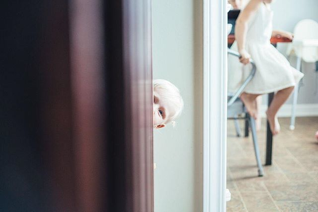 Paying hide and seek with April during a in-home session.  We love when kids are natural and just do their things...⠀ •⠀ •⠀ •⠀ •⠀ •⠀ •⠀ •⠀ #photojournalism #inhomesession #thefamilynarrative #makeportraits #dearphotographer #magicofchildhood #rookeandrovercrew #lifeunmade #lifeunstyled #childhoodunplugged #presentoverperfect