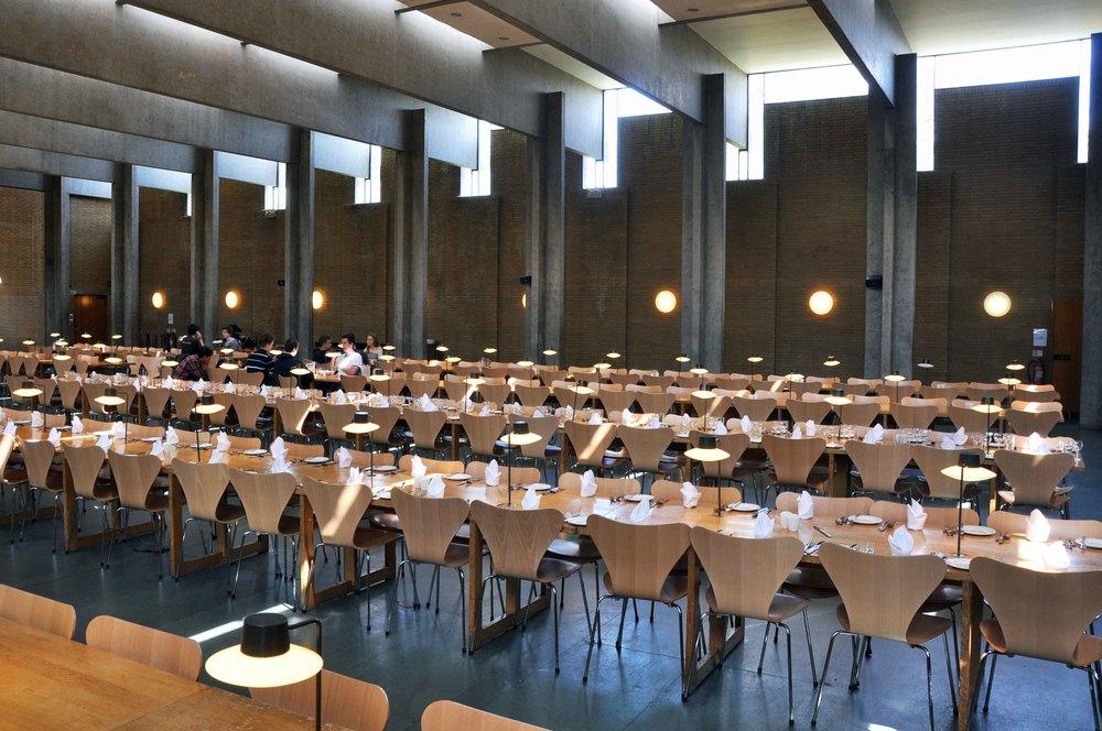 Elevernes plads i spisesalen med særlige fastmonterede bordlamper