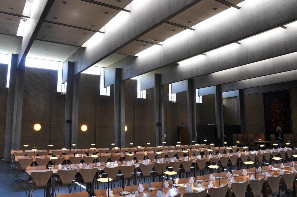 Spisesalen med lærernes bordbord i baggrunden til høje med Oxford-stolen med høj ryg