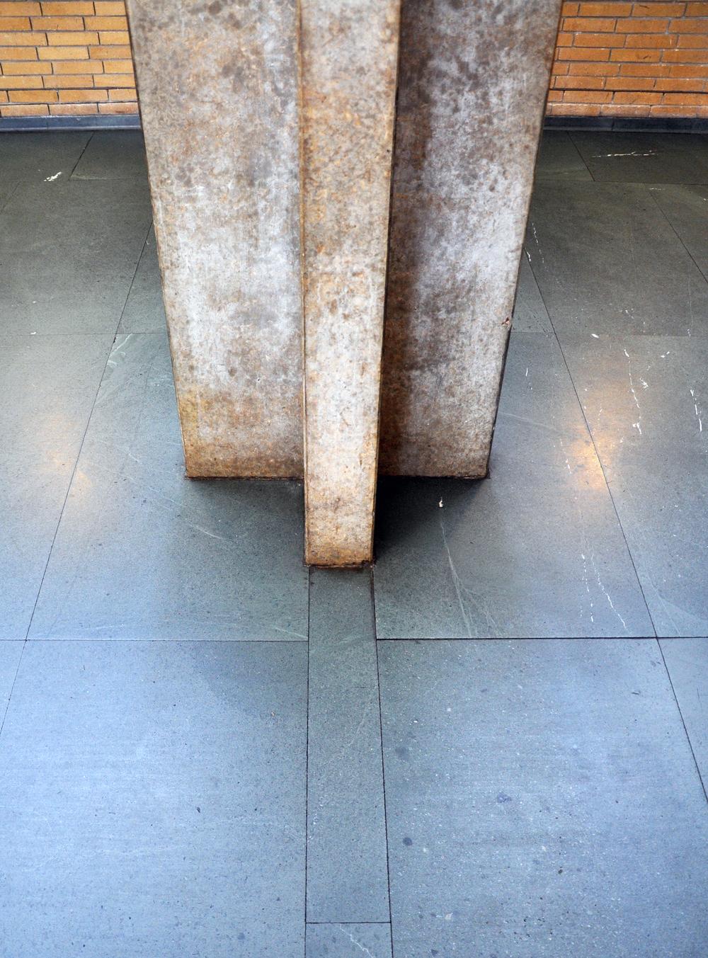 Søjle møder gulv i spisesalen