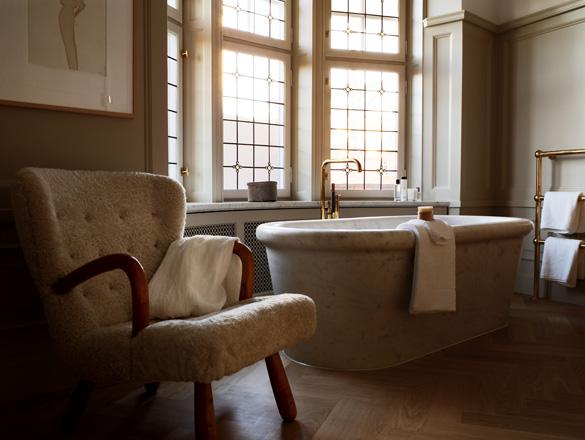 Værelse med badekar i marmor.