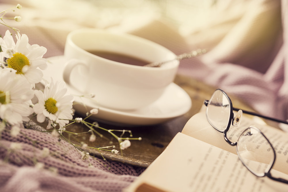 Coffee, daisies and a book to read. A beautiful combination, don't you think?