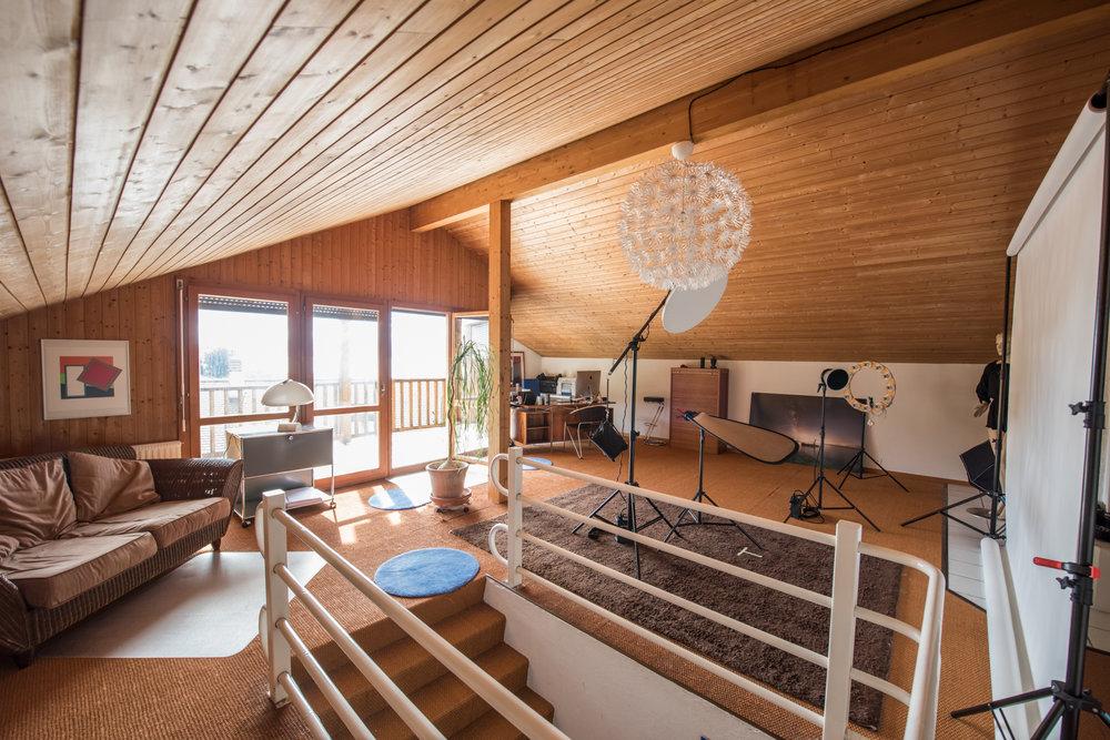 Mon studio se trouve dans ma maison, 50m2 rien que pour vous, vue sur le lac, places de parc et café (ou apéro selon l'heure).