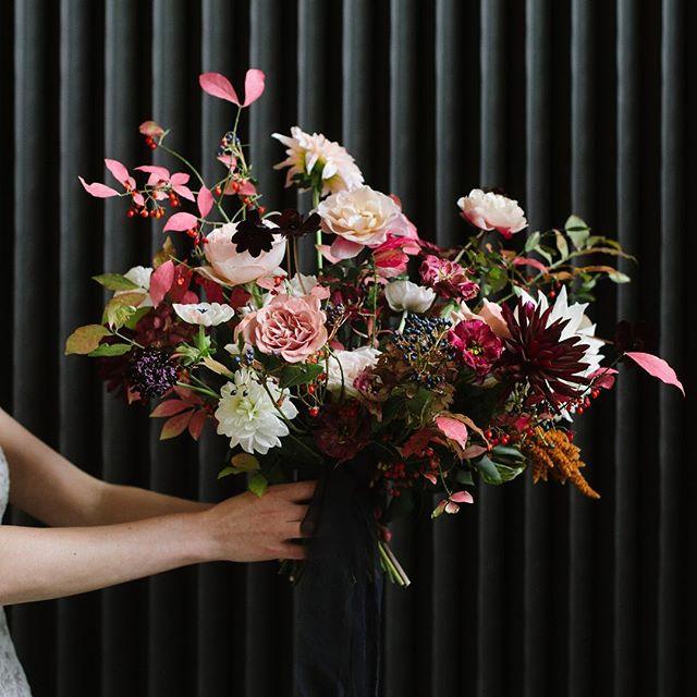 Florals of my dreams @huntandgatherfloral 💖 . @thesymesca @ellie_lauraandcoevents  #celinekimphotography #huntandgatherfloral #torontoweddingphotographer #torontoflorist #bouquet #fallbouquet #bridalbouquet #fallcolors