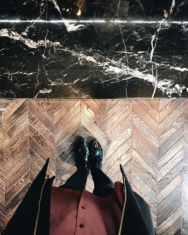 When the floors and countertops are just too good! ⚡️#veronicavalenciahome #thedesignhunters