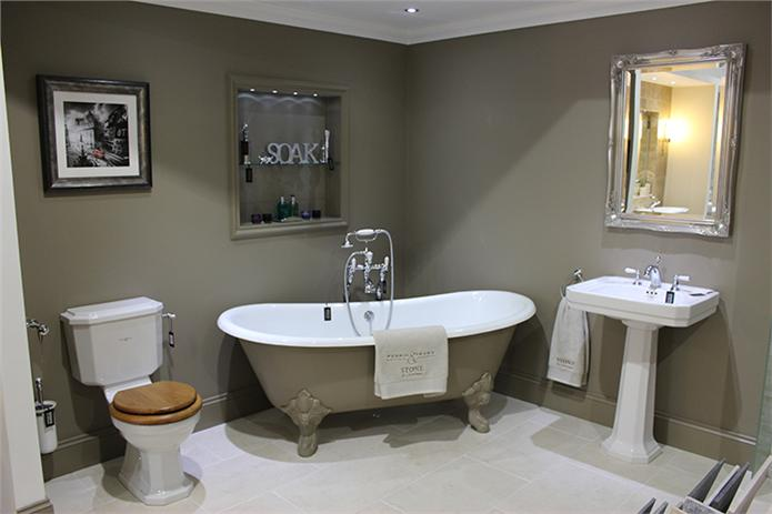 MOUSE'S BACK CLASSIC & TRADITIONAL BATHROOM WITH CAST IRON BATH.jpg