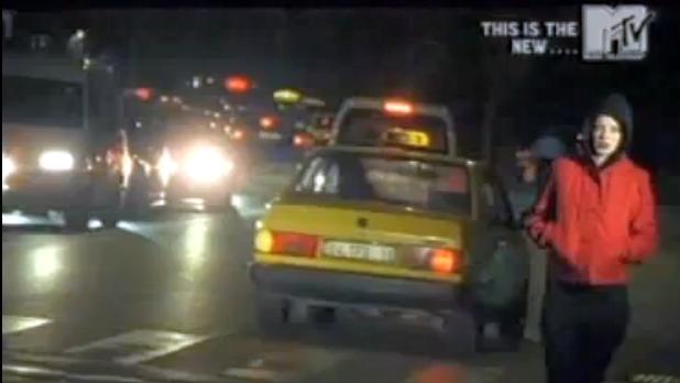 Shirley Manson, Run Baby Run'ın klibinde İstanbul sokaklarında kötü yola düşmüş, koşturuyor.