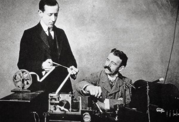 Telgrafçı dayılar, caner sfır nokta org'a gelen yüzlerce postayı iletmek için canla başla çalışırken.
