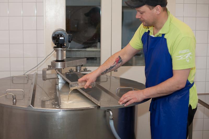 Löpet hälls under omrörning ned i mjölken. Nu tillsätts också vitmögelkulturen som kommer att göra ostens yta vit och sammetslen.