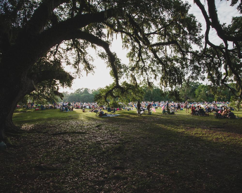 spoleto-finale-middleton-place-plantation-crowd-thru-oaks.jpg