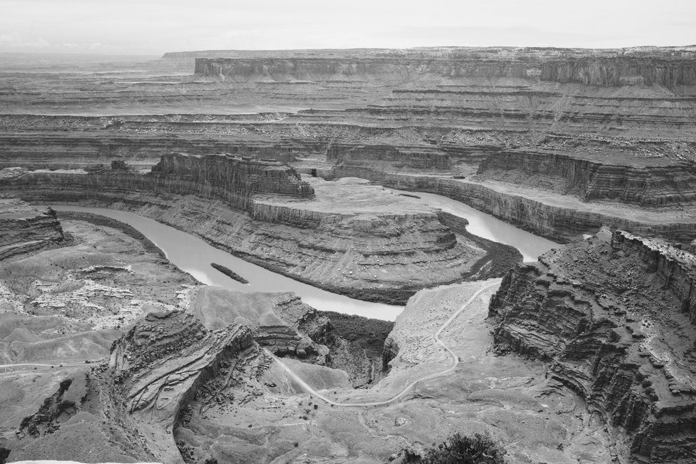 utah-moab-dead-horse-point-state-park-colorado-river-bend-canyon-view-bw-4.jpg