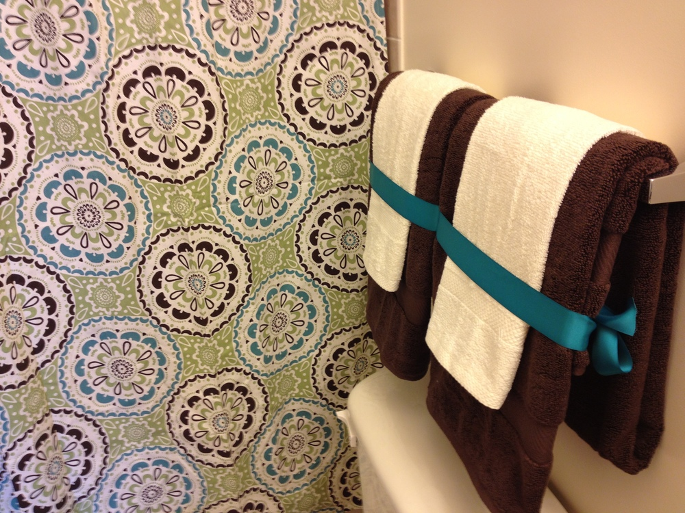 Brown and cream towels with teal ribbon = better use of space :)