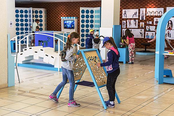 ZINOO - Latvijas Zinātnes centru apvienība veido un uztur piecus zinātkāres centrus bērniem dažādās Latvijas pilsētās, kā arī vada pasākumus un nodarbības ar mērķi izglītot bērnus un jauniešus par dažādām ar zinātni saistītām tēmām.