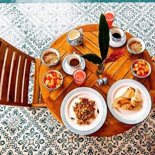 Fresh fruit ✅ Gorgeous tiles ✅ Warm weather ✅ Pretty ceramics ✅ #lifeinthetropics