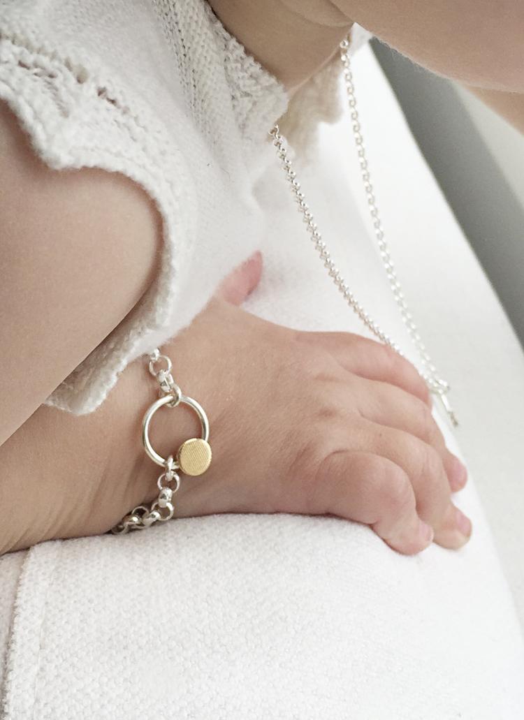 Er det ikke bare nydelig på disse små lubne hendene?