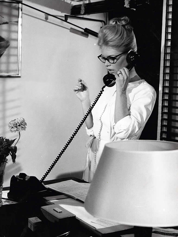 brigitte-bardot-reading-glasses.jpg