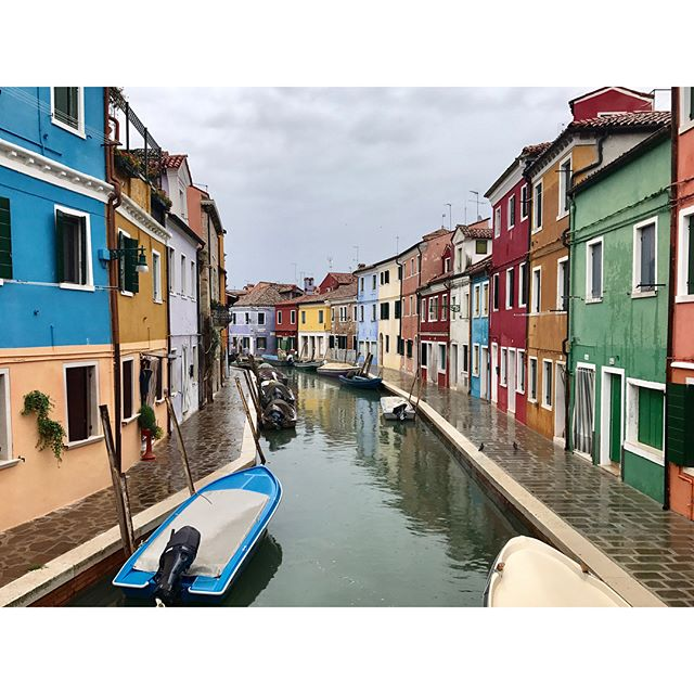 We weren't going to let a little rain ruin our visit to beautiful, colorful Burano. ☔️🕺🏻 . . . #venezia #italia #travel #wanderlust #artofwanderlust #venice #eurotrip #igvenezia #colors #explore #adventure #adventureawaits