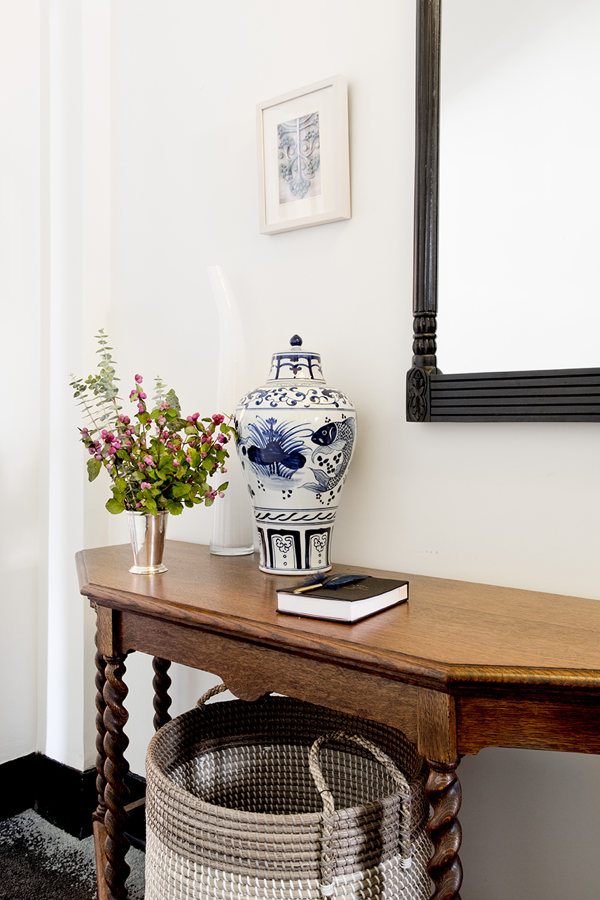 WHIW78_PAMELADAILEYDESIGN-FOYER-TABLE-MIRROR-ENTRY.jpg