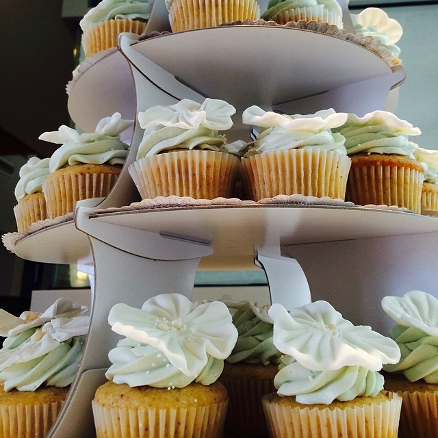 A vegan cupcake tower by @whitedaisybakery makes everyone feel their sweet tooth.