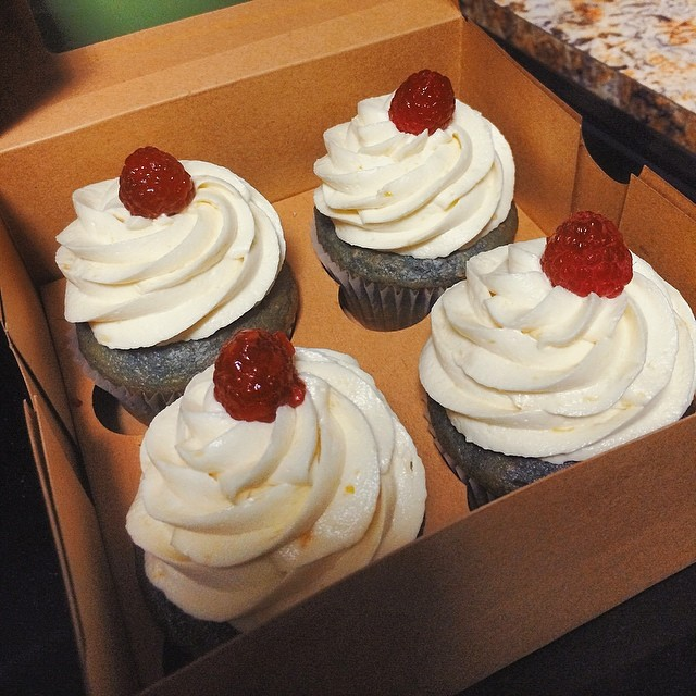 How about a little mango raspberry cupcake for your summer soiree? Cupcakes and photo by @whitedaisybakery.