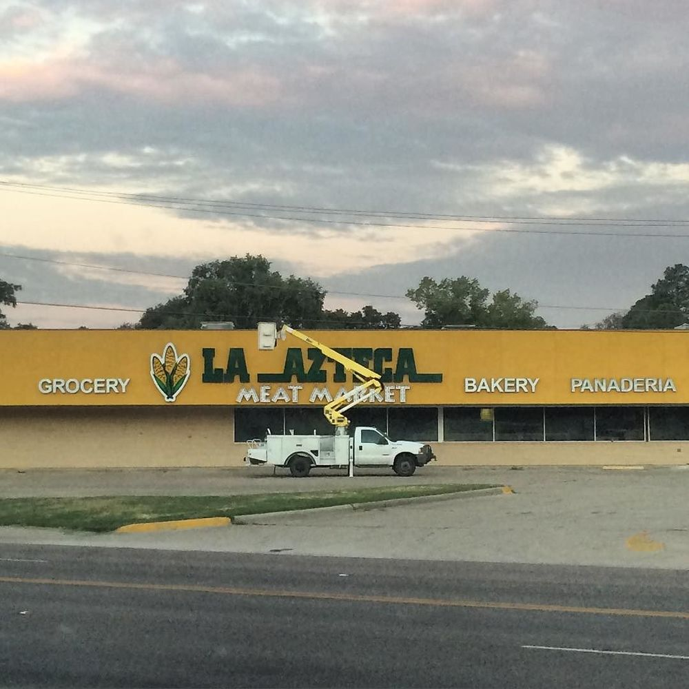 @ryfuhr got a shot of some construction going on at the old Piggly Wiggly which will soon become La Azteca.