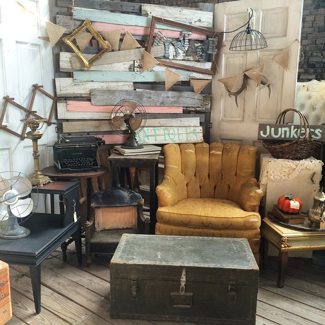 Have y'all checked out Vintage Bleu on Oak yet? It was Shop the Barn, but is now under new ownership.