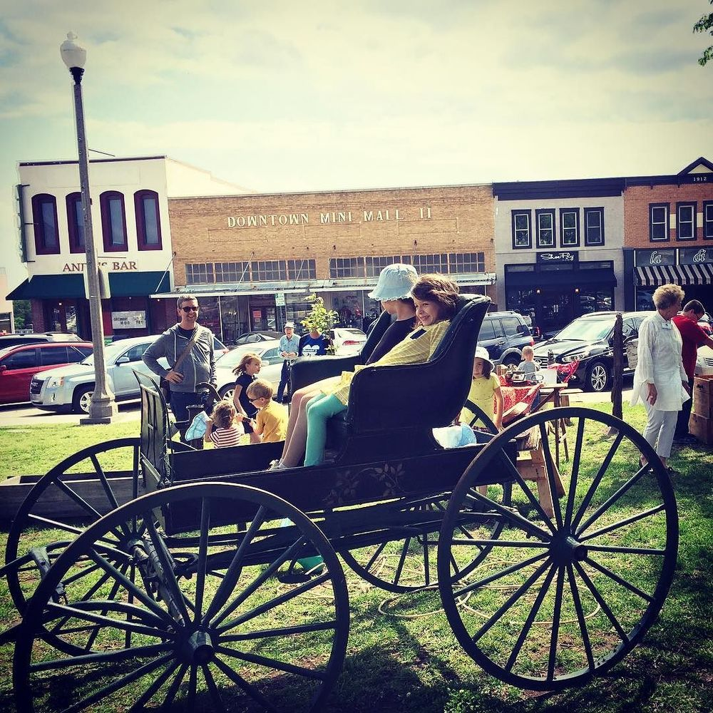Carriage rides on the square on Saturday from@elena.goldsmith.