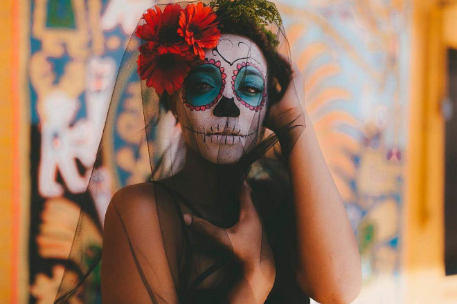 Sugar skulls and floral crowns from @stellagphoto.