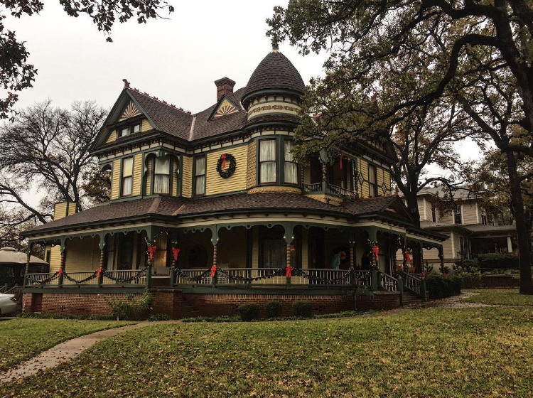 @liz.wakefield thinks that Christmas-time in Denton is beautiful and we couldn't agree more.
