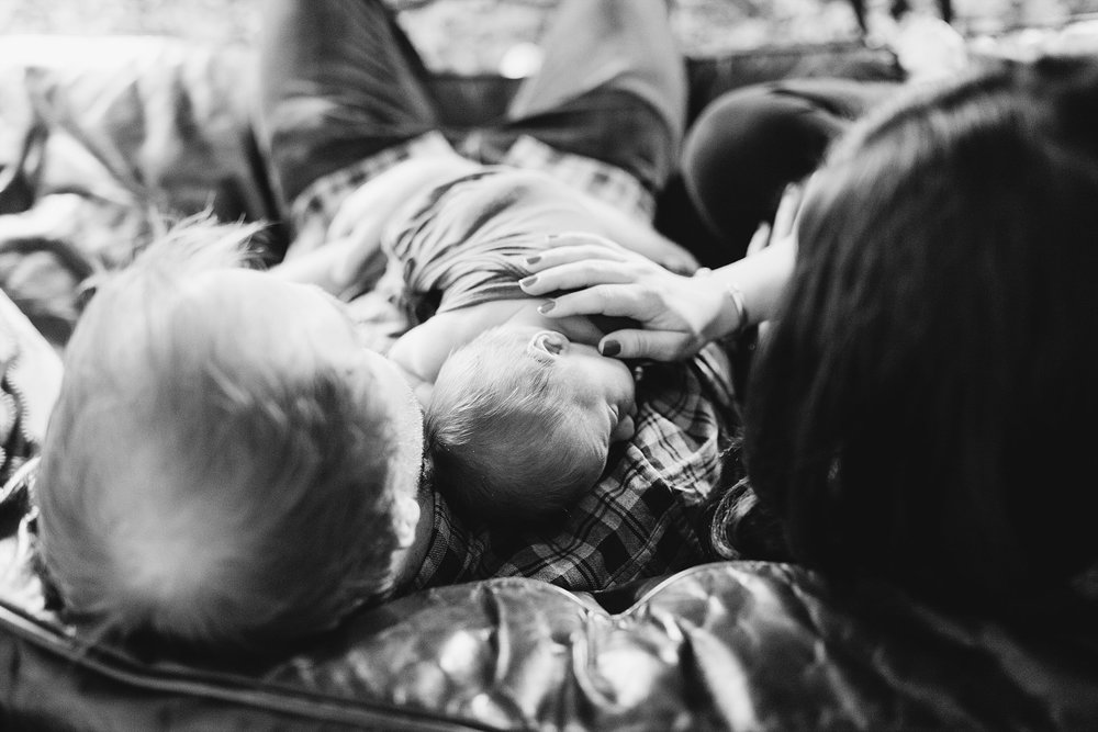 lifestyle-newborn-photographer-oklahoma-mom-dad-baby-black-white.jpg