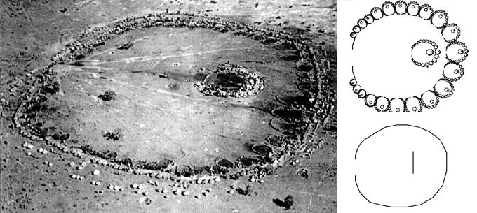 À esquerda, foto aérea de Ba'Ila. À direita desenho gerado por código do fractal correspondente ao desenho da vila e abaixo sua forma básica.