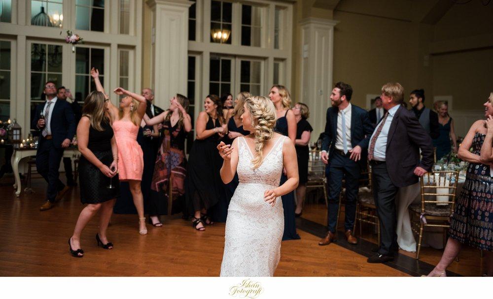 bouquet-toss-the-ryland-inn