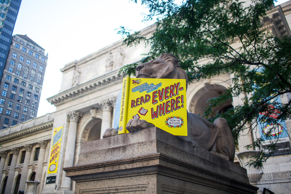 "The famous NYPL lion with the ""Read Everywhere"" advestisement."