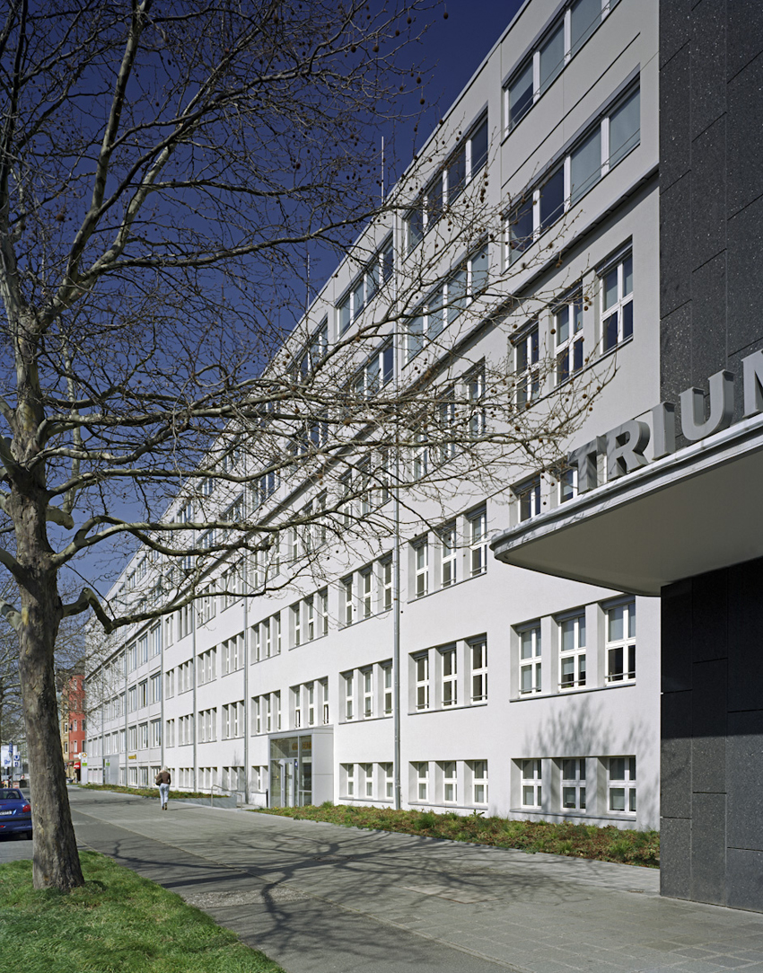 Die ehemaligen Werksgebäude der Firma Triumph Adler an der Fürther Straße in Nürnberg, entstanden zwischen 1920 und 1969, sind nach einer ersten Umnutzung zu Büros in den 1990er Jahren zu Modernisieren.Aufgabe ist der Neubau repräsentativer Eingangs- und Treppenräume, die Sanierung der Fassaden sowie rund 9.000qm Mieterausbau.  >>>>