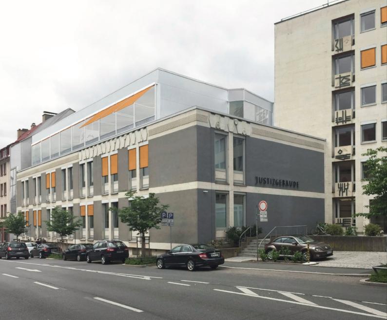 Das Justizgebäude Aschaffenburg wurde durch das Staatliche Bauamt geplant (Architekt: Regierungsbaumeister Dipl.-Ing. Eberhard Eiser) und zwischen 1957 und 1960 als Ersatzneubau für den im Krieg zerstörten historistischen Vorgängerbau errichtet. Als herausragendes Zeugnis der Architektur des Wiederaufbaus wurde es 2012 unter Denkmalschutz gestellt. >>>>