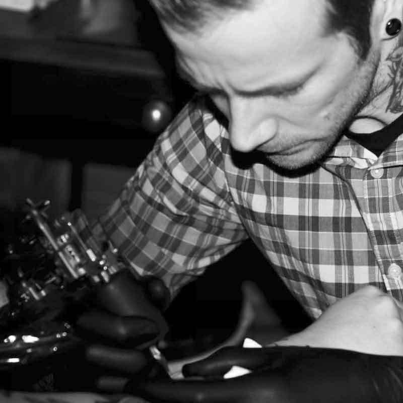 SHAMUS @SHAMUSMAHANNAH - ….Shamus is a traditional. He started his career with 3 years studying art at Dawson college to finnally start his apprencticeship in tattooing at Vince West in 2005. He then started tattooing full time at Mtl Tattoo (tatooatouage then) in 2007. He became more famous in traditional tattooing by doing every possible tattoo convention he could. Here in Montreal and outside Canada as well...Shamus est un artiste tatoueur traditionnel. Son parcours commence avec 3 ans d'étude de dessin et illustration au collège Dawson à Montréal pour ensuite entreprendre l'apprentissage du tatouage chez Vince West en 2005. Il commence à tatouer plus sérieusement lorsqu'il rejoint l'équipe de MTL Tattoo ( à l'époque Tattooatouage) en 2007. Depuis il peaufine son style, enchaînant les conventions de tattoo à Montréal, au Canada ainsi qu'à l'étranger . Ce qui lui à permis de se forger une solide réputation internationale.….