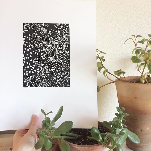 Final hydrangea blossom print! I turned the block in an unplanned way and like this one more - happy surprises are the best. ✨ #creativeprocess #seedrawprint