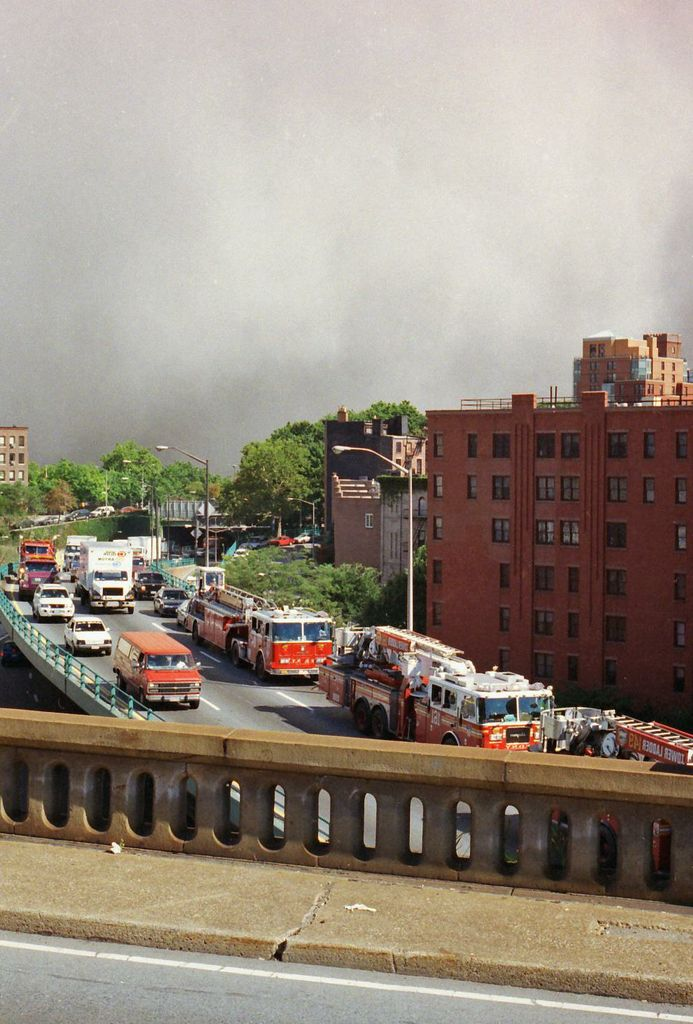 Plume heading to the Brooklyn Bridge as FDNY rushes ahead of it