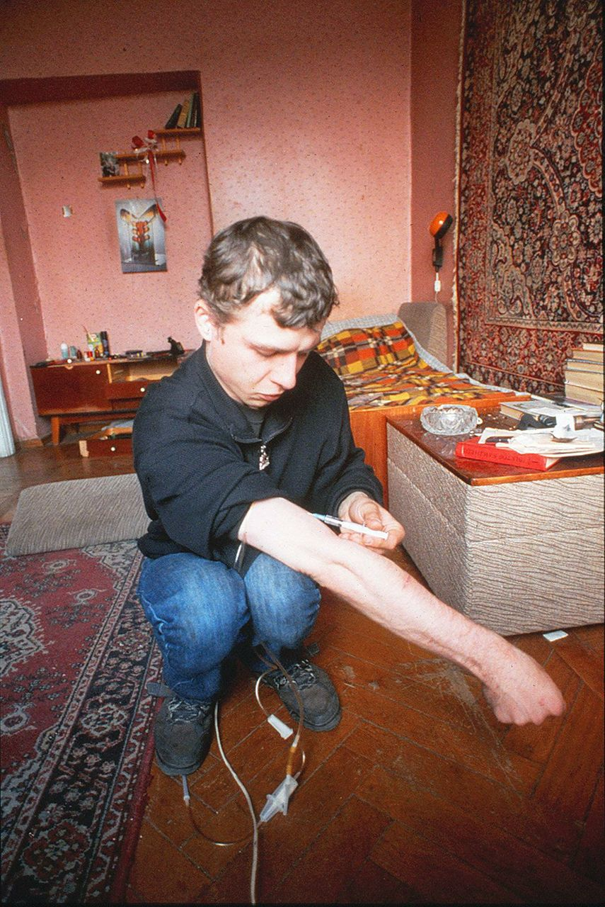 Teenager injects chorny narcotic in his apartment.