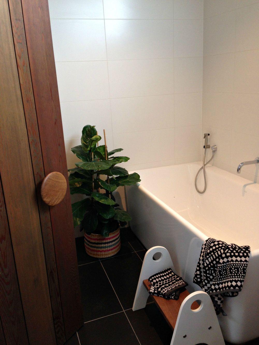 112 family bathroom.jpg