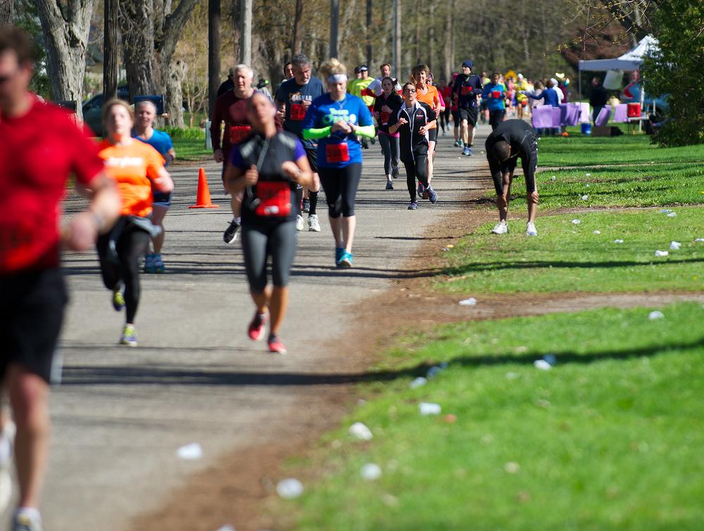 kalamazoo-marathon-runner-resting