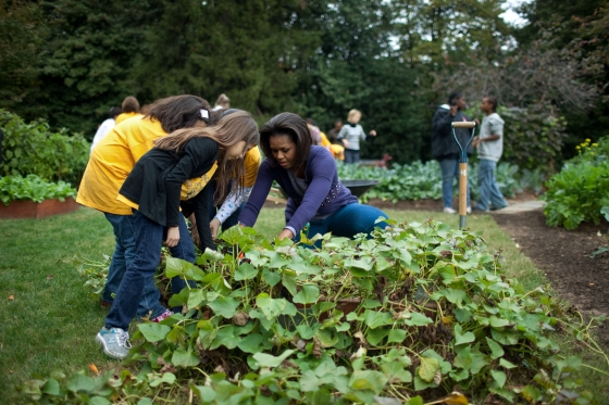 Gardens_First_Lady_harvests_with_students.jpg