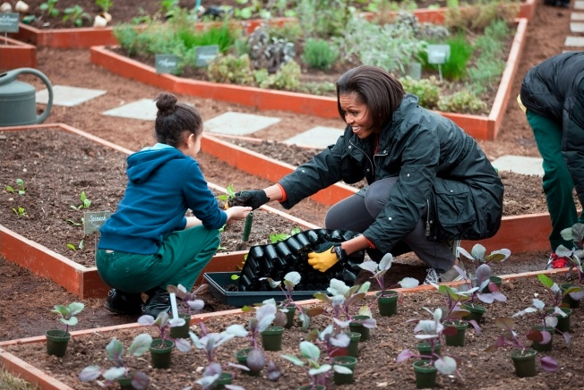 Gardens_Michelle_Obama_plants_w_students.jpg