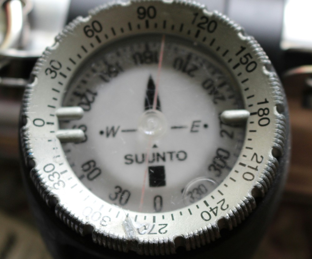 Suunto wrist compass with bubble