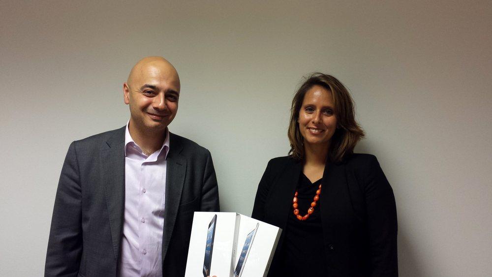 Monsieur Rotto-Balli (à gauche), membre du Conseil de fondation AVIFED, remet les deux iPad mini à Madame Pennone (à droite), de la société Loyco Fid SA.