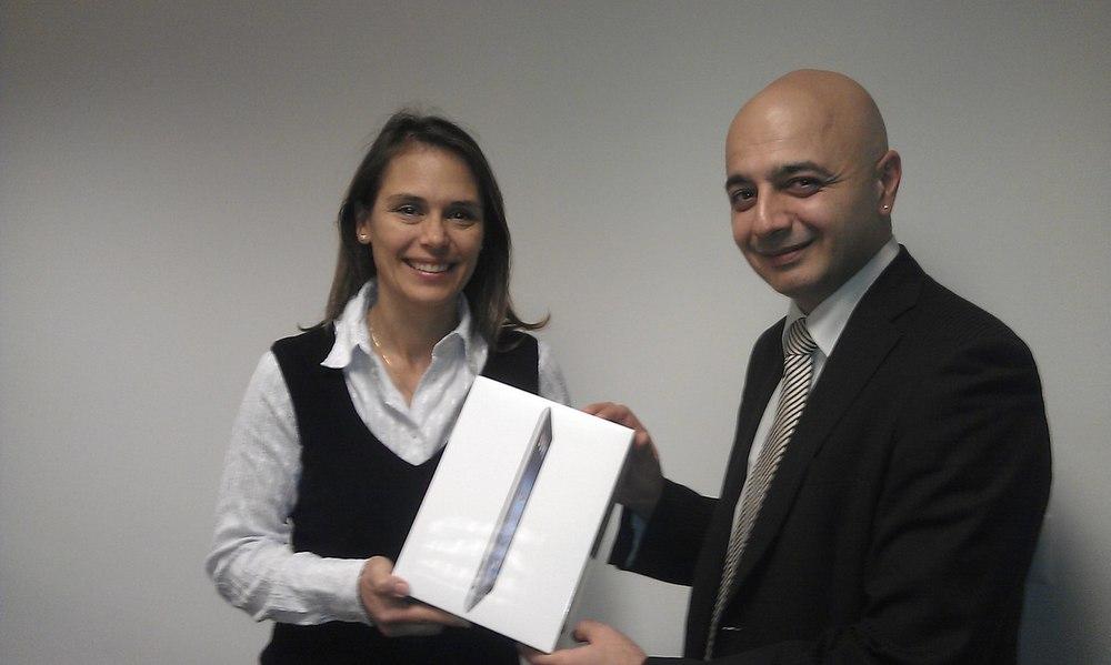 Monsieur Rotto-Balli (à droite), membre du Conseil de fondation AVIFED, remet le nouvel iPad à Madame Mondo (à gauche), du Centre International de Conférences Genève.
