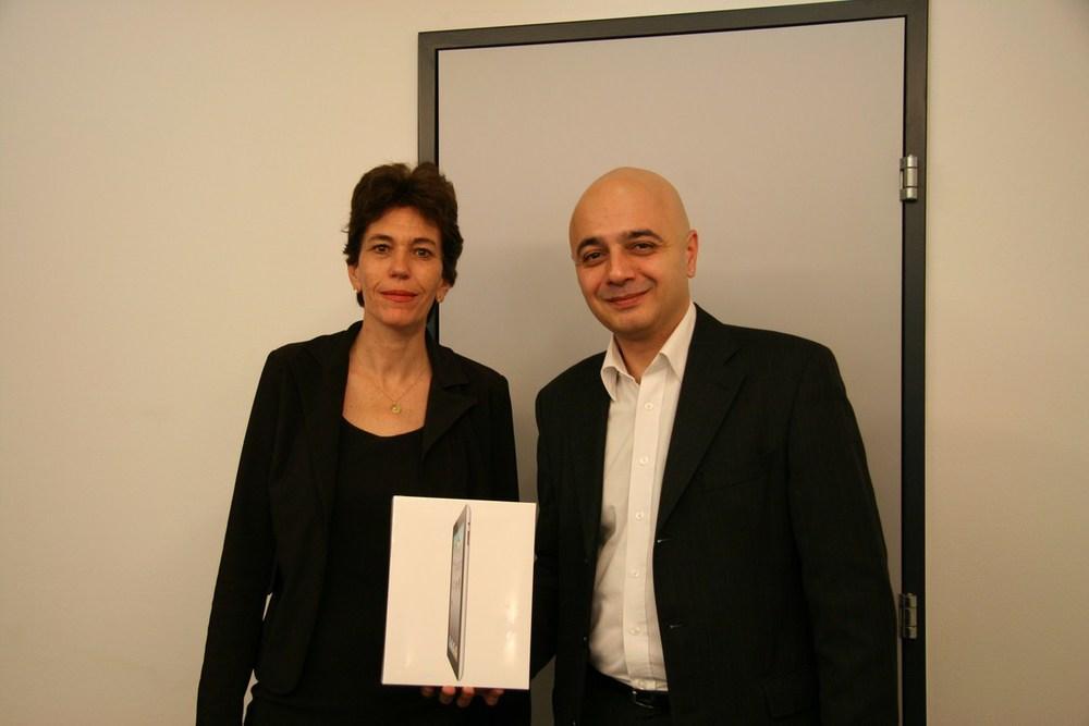 Monsieur Rotto-Balli, membre du Conseil de fondation AVIFED (à droite), remet l'Ipad2 à Madame Reymond, du Geneva Business News (à gauche)